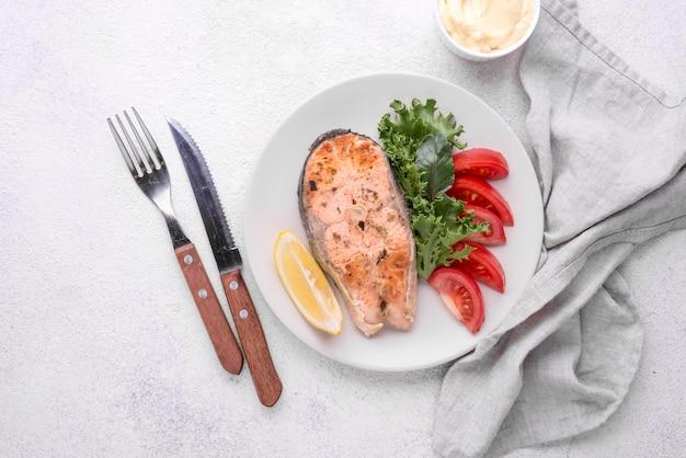 Экзотический нарезанный кусок лосося из морепродуктов и столовые приборы