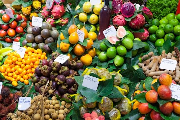 スペイン市場でのエキゾチックな果物と果実
