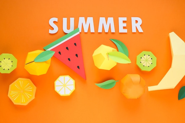 Экзотические фрукты из бумаги на смелом оранжевом фоне. летняя концепция.