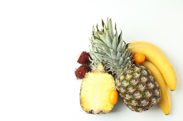 흰색 바탕에 이국적인 과일, 텍스트를 위한 공간.