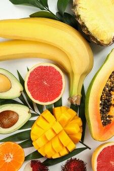 흰색 바탕에 이국적인 과일, 평면도.