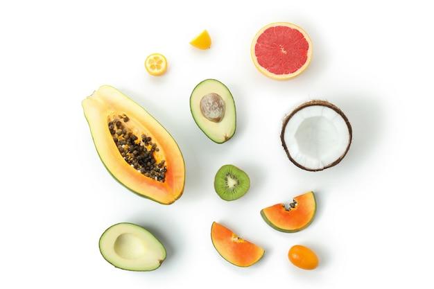 白い背景の上のエキゾチックな果物、上面図