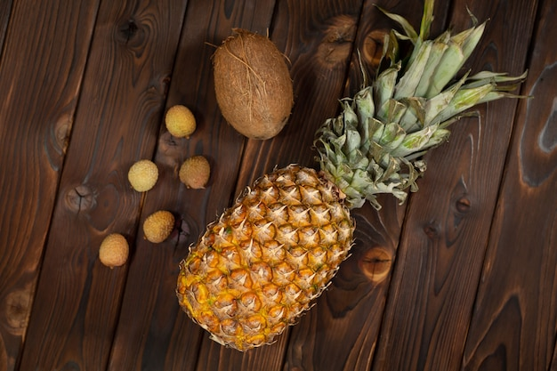 Экзотические фрукты ананас, кокос и личи