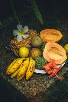 石の背景にエキゾチックな果物のさまざまな静物