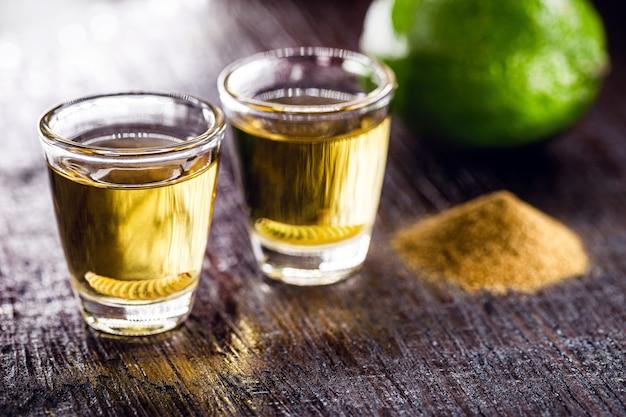 メスカルと呼ばれるエキゾチックなメキシコの飲み物、コショウの塩とミミズ、珍しいメキシコの飲み物