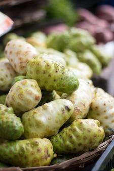 인기 박람회에서 판매되는 이국적인 노니 과일