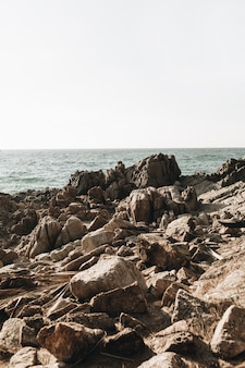 Экзотические скалы на пляже с синим тропическим морем на пхукете