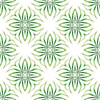 エキゾチックなシームレスパターン。緑の圧倒的な自由奔放に生きるシックな夏のデザイン。テキスタイル対応の価値のあるプリント、水着生地、壁紙、ラッピング。夏のエキゾチックなシームレスなボーダー。