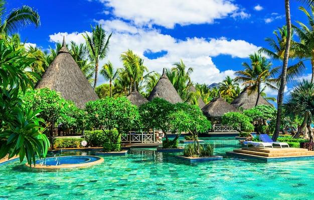 エキゾチックな熱帯の休日。モーリシャス島のスイミングプール付きの豪華なスパ