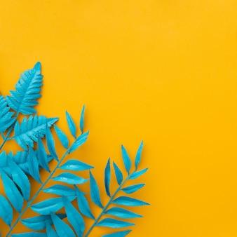 노란색에 이국적인 열 대 잎