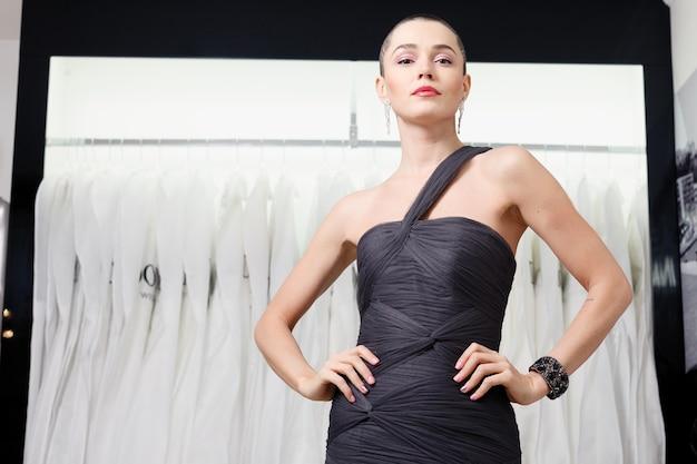 짧은 머리, 뷰티 스타일 초상화와 이국적인 여자. 옷가게에서 포즈를 취하는 패션 소녀