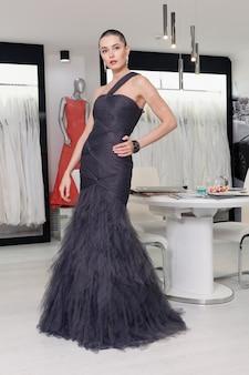 짧은 머리, 뷰티 스타일 초상화를 가진 이국적인 여자. 옷가게에서 포즈를 취하는 패션 소녀