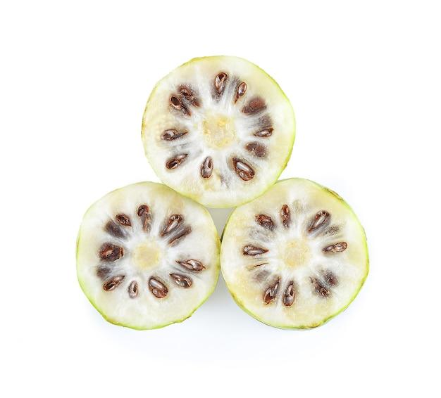 Экзоти фрукты, фрукты нони на белом