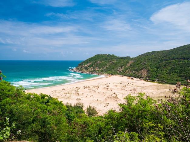 Обширный вид на живописный тропический залив, великолепный золотой пляж бай мон и песчаные дюны синего моря. самое восточное побережье вьетнама, провинция фу йен дананг нячанг.