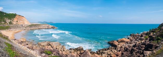 Обширный вид на живописный тропический залив, пышные зеленые леса и синее море, размахивая. самое восточное побережье вьетнама, провинция фу йен, между данангом и нячангом. Premium Фотографии