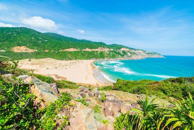 Обширный вид живописного тропического побережья от скалы выше. вьетнамское туристическое направление, провинция фу йен, между данангом и нячанг. bai xep великолепный пляж