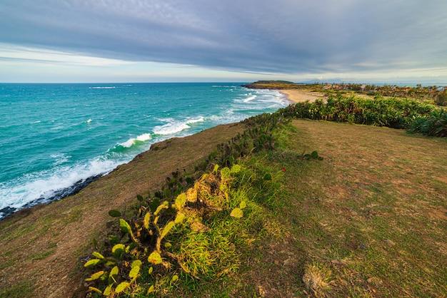 Обширный вид живописного тропического побережья от скалы выше. вьетнамское туристическое направление, провинция фу йен, между данангом и нячанг. bai xep великолепный золотистый песчаный пляж синего моря