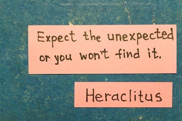 予想外のことを期待してください、さもないと見つかりません-古代ギリシャの哲学者ヘラクレイトスは、ヴィンテージのカートンボードにピンクのメモで解釈を引用しています