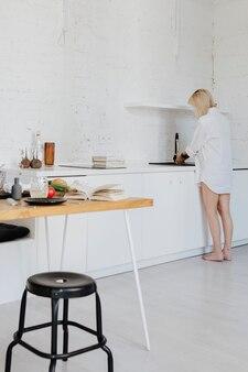キッチブでお皿を洗う母親を期待