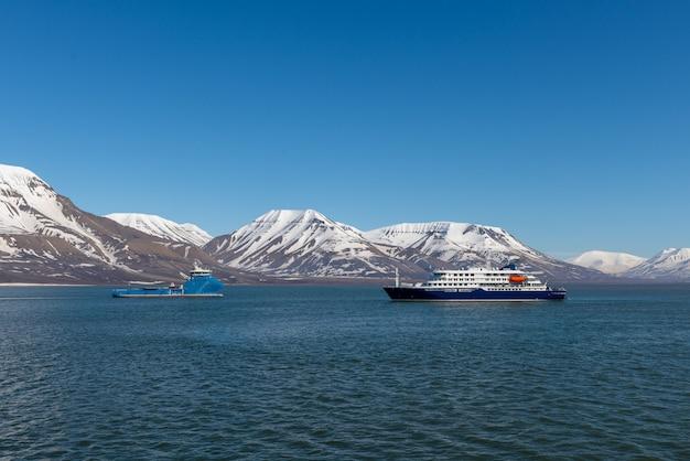 北極海、スバールバル諸島の遠征船。旅客クルーズ船。北極と南極のクルーズ。
