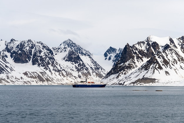 Экспедиционный корабль в арктическом море, шпицберген. пассажирское круизное судно. арктический и антарктический круиз.
