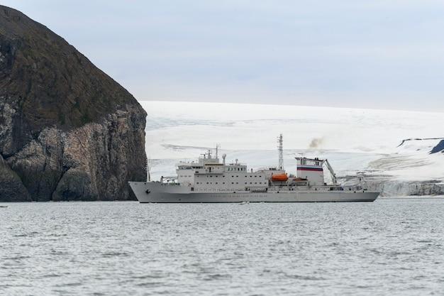 얼음이 있는 북극해의 탐험선. 흰색 연구 선박입니다.