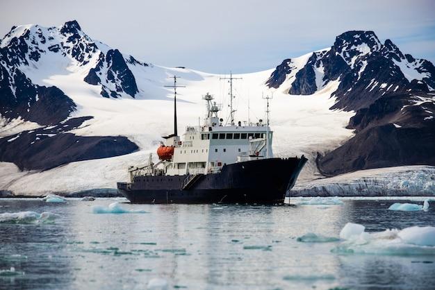 Экспедиционное судно в арктике