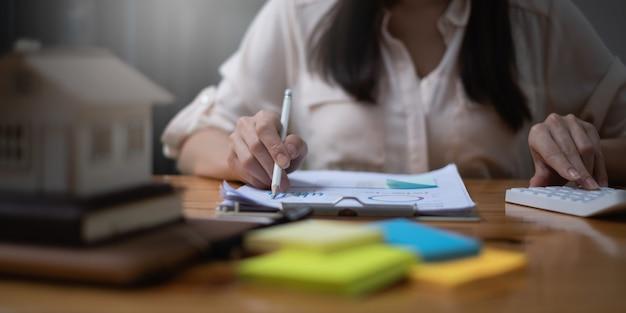住居費は会計士の女性が計算しています。税控除計画の概念。