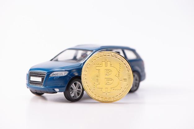 Bitcoin cryptocurrency 덕분에 값 비싼 파란색 suv 장난감 자동차를 구입했습니다. 흰색 배경에 고립.