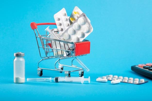 비싼 의료. 의약품과 계산기가있는 쇼핑 카
