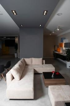 테이블과 소파가있는 비싼 거실