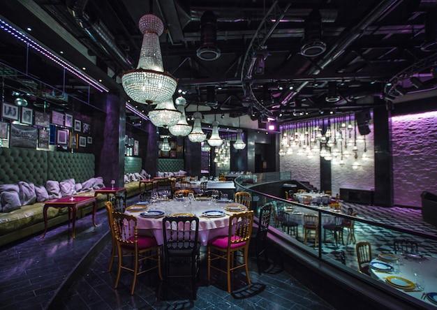 カラフルな照明と高価なレストランのインテリアビュー