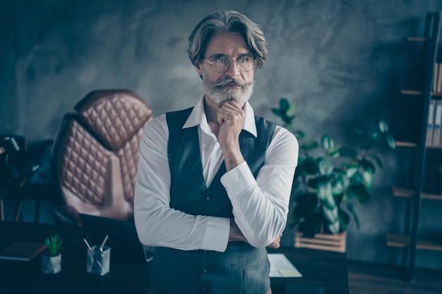 Опытный бизнесмен в современном офисном лофт-мышлении