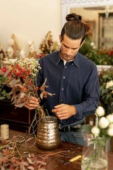 Опытный флорист делает цветочный букет