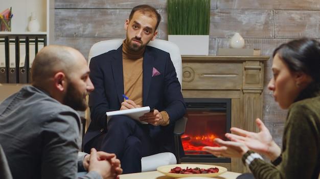 彼らの関係の問題についてカップルに相談する経験豊富な精神科医。