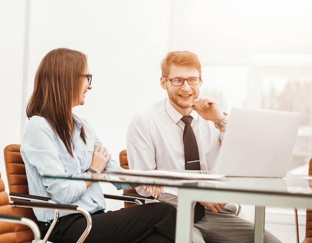 회사의 경험 많은 직원이 회의실 책상에서 현재 문제에 대해 논의합니다. 사진에는 텍스트를 위한 빈 공간이 있습니다.