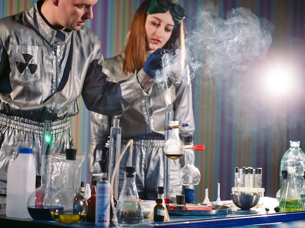 화학 실험실에서의 실험. 실험실에서 실험을 수행합니다.