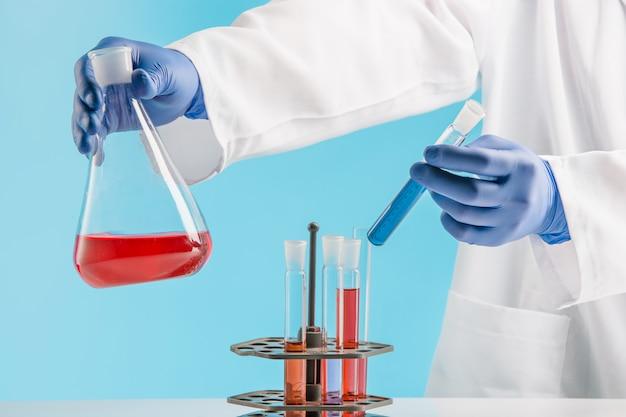 化学実験室での実験。実験室で実験を行う。