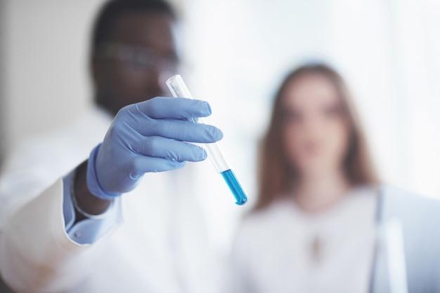 化学実験室での実験。実験は透明なフラスコの実験室で行われた。
