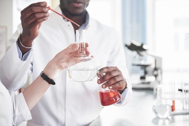 화학 실험실에서의 실험. 투명한 플라스크의 실험실에서 실험을 수행했습니다.