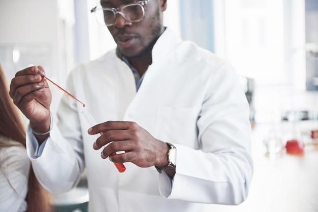 化学実験室での実験。実験は透明なフラスコの実験室で行われました