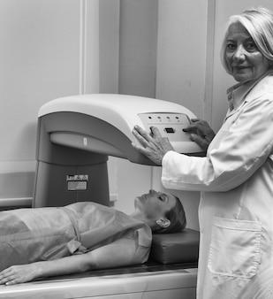 병원에서 환자와 전문 여성 의사.