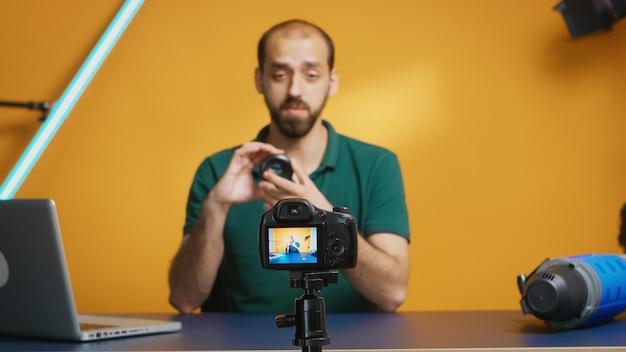 카메라 렌즈를 리뷰하는 사진 장비 전문가. 비주얼 아티스트 녹화 브이로그. 카메라 렌즈 기술 디지털 녹화 소셜 미디어 인플루언서 콘텐츠 크리에이터, 팟캐스트 전문 스튜디오,