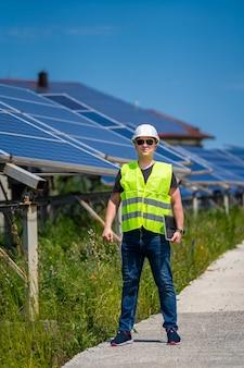 Работник службы экспертизы по измерению эффективности эксплуатации и обслуживания солнечной электростанции.