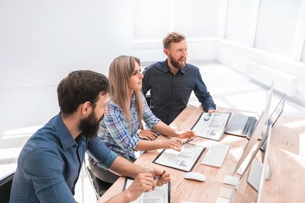 会議で財務書類について話し合う専門家