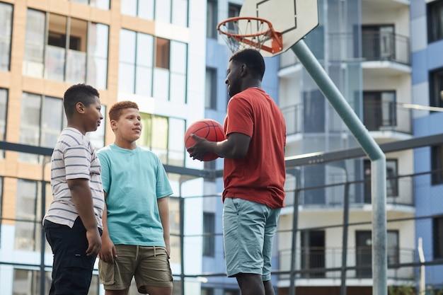 10代の少年にバスケットボールのルールを説明する