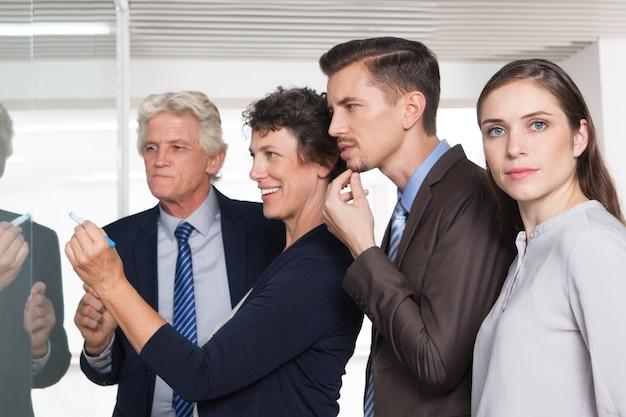 Spiegando parlando femmina gestore imprenditore