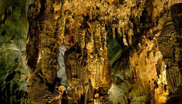 ベトナムのパラダイス洞窟を探索する