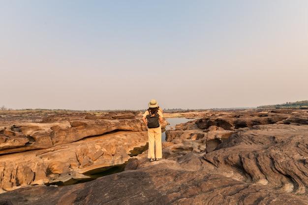 태국의 sam phan bok 그랜드 캐년에서 종이지도를보고 바위 절벽에 서있는 탐색기 아시아 여자
