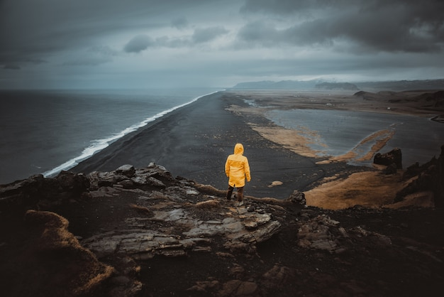 Explorer on the icelandic tour, traveling across iceland discovering natural destinations Premium Photo